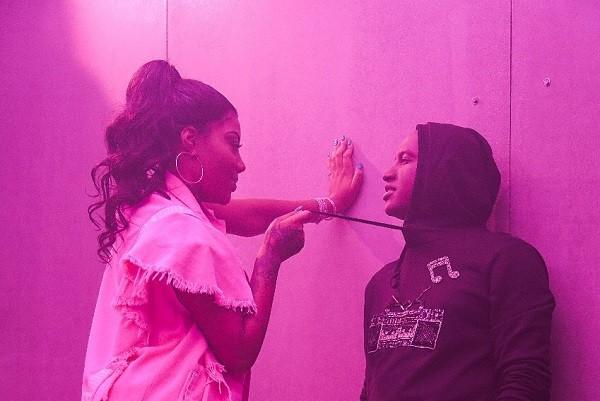 Ludmilla e Thiaguinho em uma cena do clipe que lançam nesta quinta-feira (1º) (Foto: Reprodução)