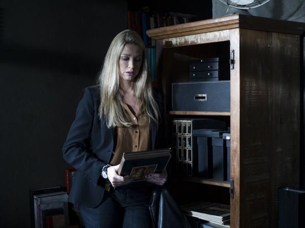 Vera vai até a casa do Edu em busca de pistas para desvendar o assassino (Foto: Estavam Avellar / TV Globo)