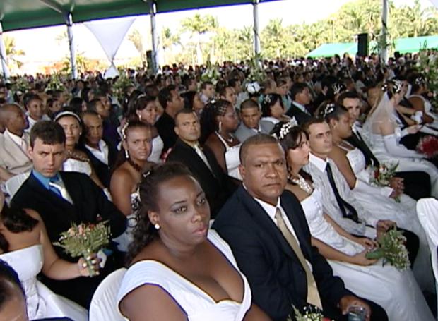 Casamento comunitário reúne centenas de casais na Serra (Foto: Reprodução/TV Gazeta)