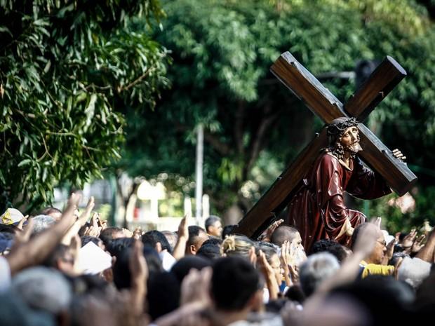 Fiéis se emocionam ao acompanhar o trajeto simbólico da Via Sacra, do latim, Via Crúcis (Foto: Tarso Sarraf/O Liberal)