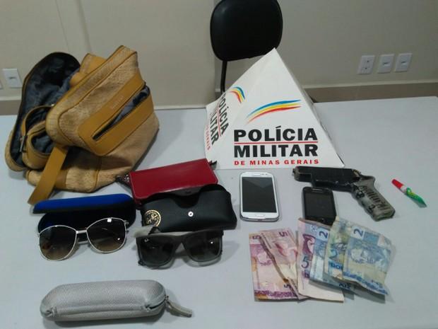 Material apreendido com adolescentes que praticaram roubo no Bairro Cidade Nova (Foto: Polícia Militar/Divulgação)