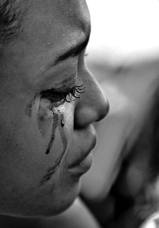 Namorada chorando no velório do adolescente de 17 anos achado morto na mata com mais seis moradores  (Foto: Pedro Farina/ÉPOCA)
