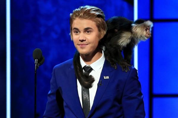 Justin Bieber e seu macaco Maly (Foto: Getty Images)
