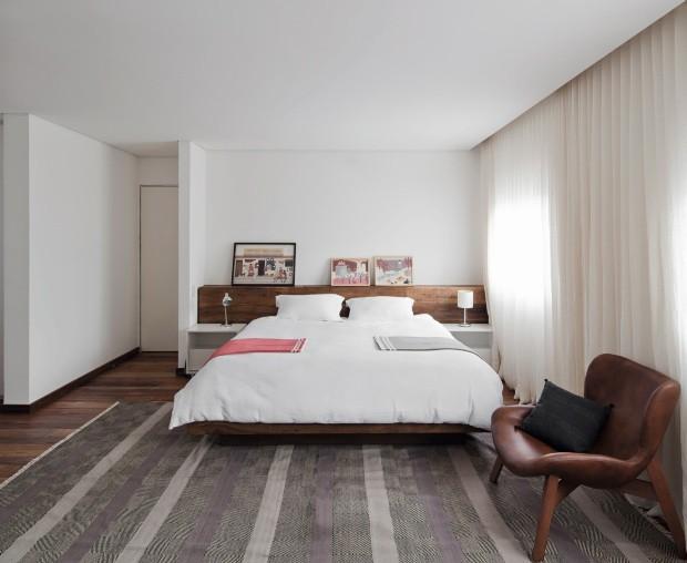 O cômodo quase dobrou de tamanho com a eliminação do segundo quarto e ficou com as duas janelas, escondidas pela cortina de linho natural da Cinerama (Foto: Maíra Acayaba / Divulgação)