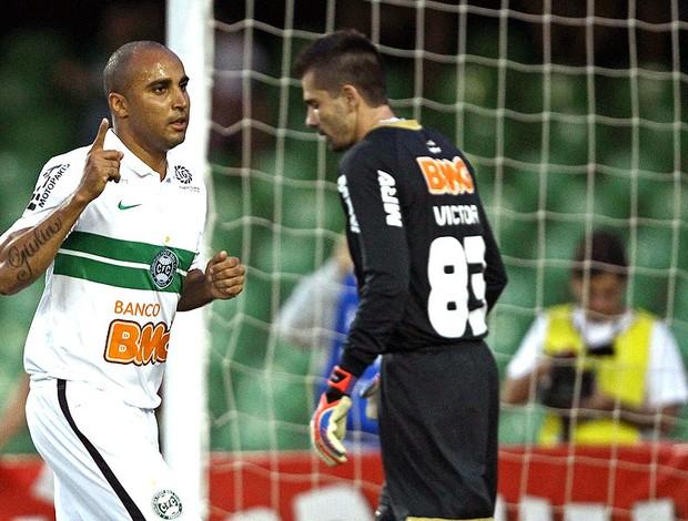 Deivid comemora gol do Coritiba sobre o Atlético-MG (Foto: Heuler Andrey / Ag. Estado)