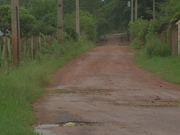 Estrada auxiliar é de terra e está em péssima condições, afirmam moradores (Foto: Reprodução/TV TEM)