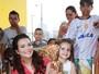 Geisy Arruda distribui brinquedos para crianças em parceria com projeto