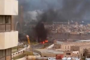 Imagem feita por vídeo divulgado em rede social mostra chamas e fumaça do hotel Corinthia, na manhã desta terça-feira (Foto: @AliTweel via AP video/AP)