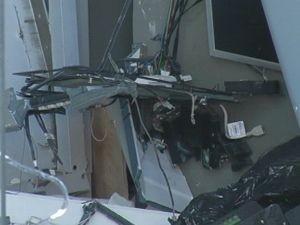 Explosão destruiu os caixas eletrônicos das agências  (Foto: reprodução/TV Tem)