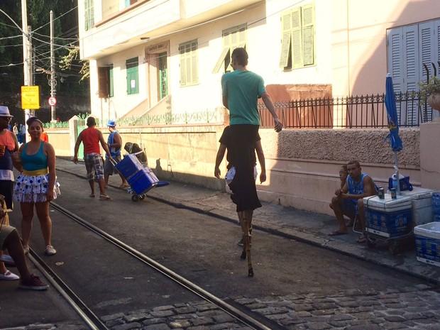 Folião se equilibra em pernas de pau nas ladeiras de Santa Teresa para o desfile do bloco Carmelitas (Foto: Henrique Coelho / G1)
