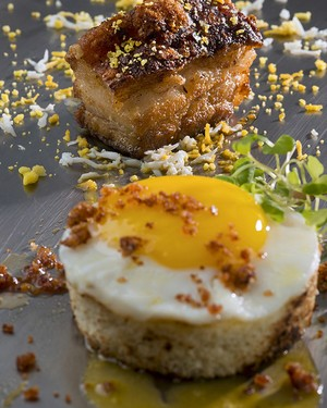Pão com ovo frito à carbonara (Foto: Alexander Landau/Divulgação)
