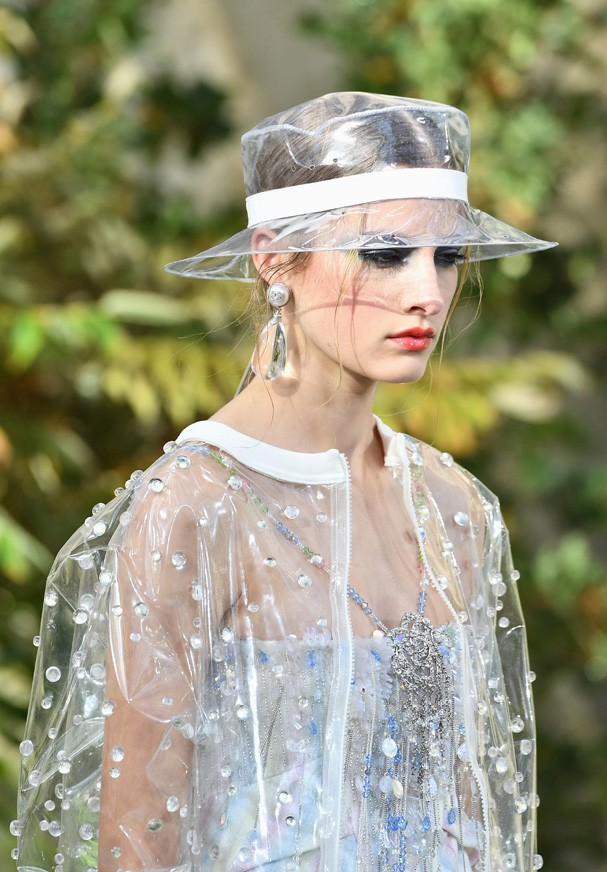 PARIS, FRANCE - OCTOBER 03:  A model walks the runway during the Chanel  Paris show as part of the Paris Fashion Week Womenswear Spring/Summer 2018 on October 3, 2017 in Paris, France.  (Photo by Pascal Le Segretain/Getty Images) (Foto: Getty Images)