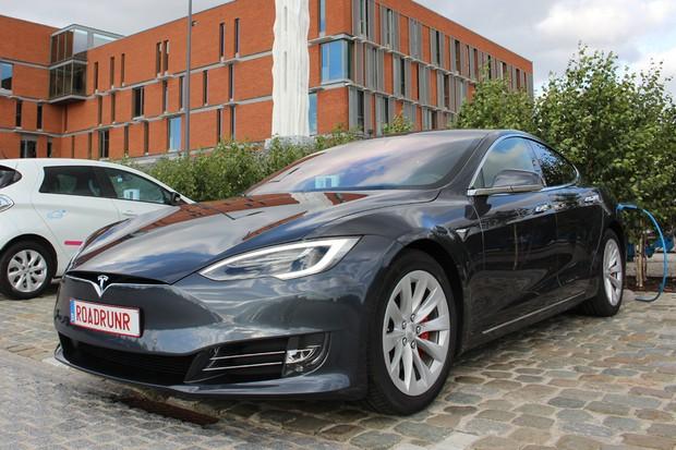 Tesla Model S percorre 900 km com única carga (Foto: Reprodução / Steven Peeters)