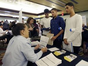 Jovens procuram emprego em feira em 14 agosto nos Estados Unidos (Foto: Alan Diaz/AP)