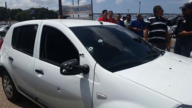 Carro da Polícia Civil, Sandero foi atingida por vários disparos durante a troca de tiros (Foto: Divulgação/Polícia Civil)