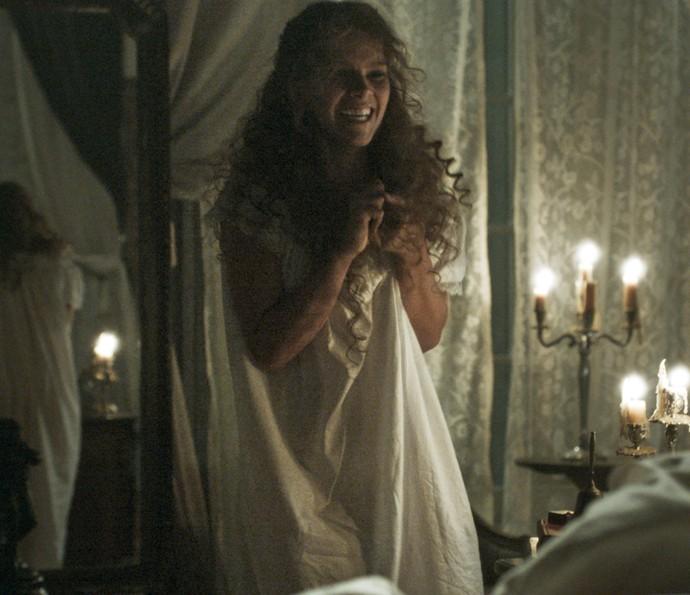 A personagem de Isabella dá pulos de alegria ao perceber que seu marido faleceu (Foto: TV Globo)