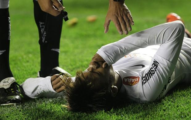 Neymar leva pedrada Santos x Bolivar (Foto: EFE)