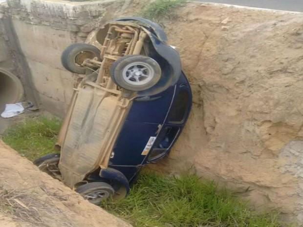 Carro cai em valeta de esgoto após acidente na Bahia (Foto: Blog do Anderson)