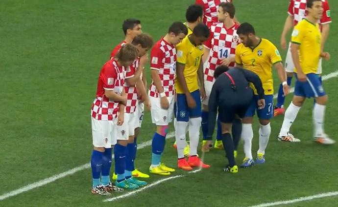 Primeiro jogo da Copa também marcou estreia do spray em um Mundial (Foto: Reprodução SporTV)