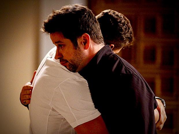 Emocionado, Jorginho abraça Tufão (Foto: Avenida Brasil / TV Globo)
