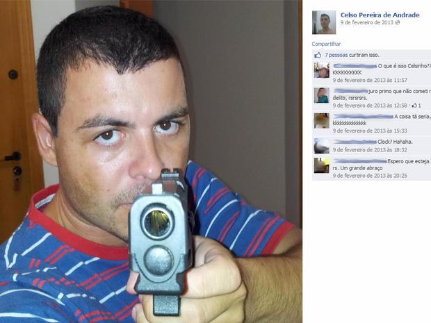 Delegado postou foto segurando arma (Foto: Reprodução/Facebook)