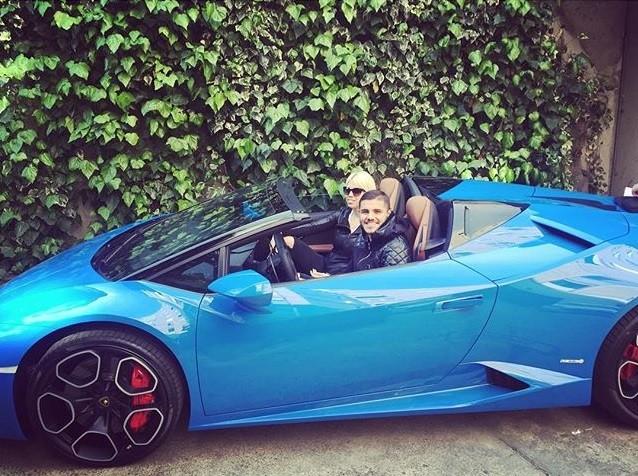 Icardi mostra carro novo