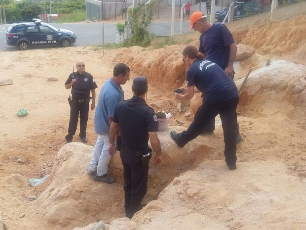 Homens tentaram explodir pedras em terreno com pólvora artesanal (Foto: Rafael André/ arquivo pessoal)