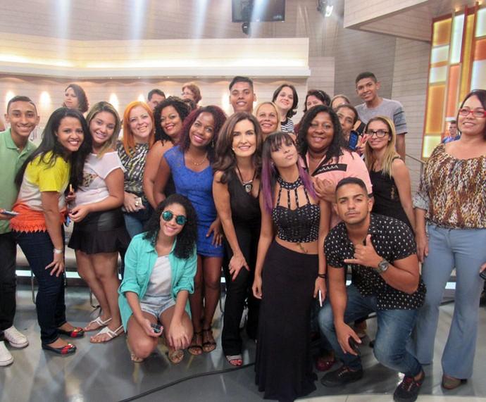 Nos bastidores, Fátima tira foto com a plateia (Foto: Carolina Morgado/Gshow)