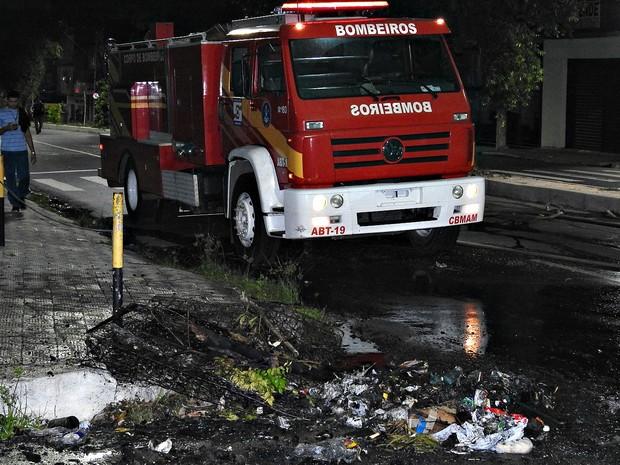 Agentes Corpo de Bombeiros do Amazonasforam acionados ao local para conter o protesto (Foto: Gabriel Machado/G1 AM)