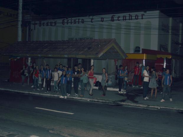 A escuridão deixou com medo quem esperava o transporte público (Foto: Mônica Dias/G1)