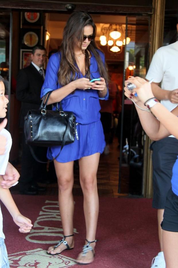 Bruna Marquezine confere o celular (Foto: Gabriel Rangel/Ag. News)