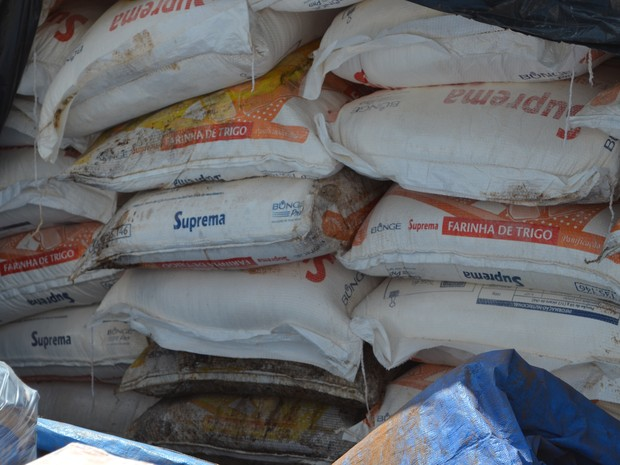Farinha de trigo foi encaminhada para o lixão de Porto Acre (Foto: Denis Henrique/G1)