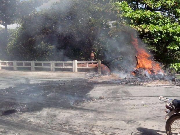 Ponte de acesso ao bairro Santa Maria ficou fechada no início da manhã (Foto: Tássio Andrade/G1)