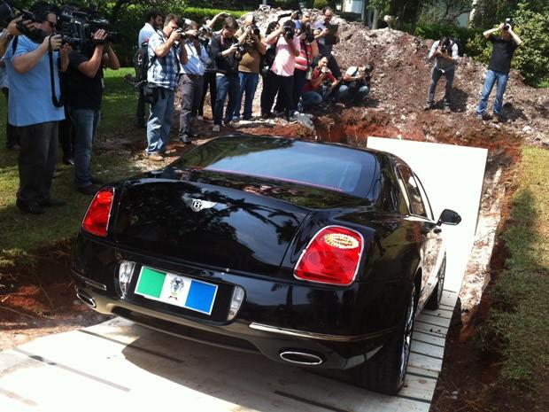 Bentley de Chiquinho Scarpa entra em cova (Foto: Tatiana Santiago/G1)