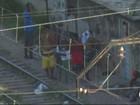 Imagens mostram grupo vendendo drogas na linha do trem no Rio