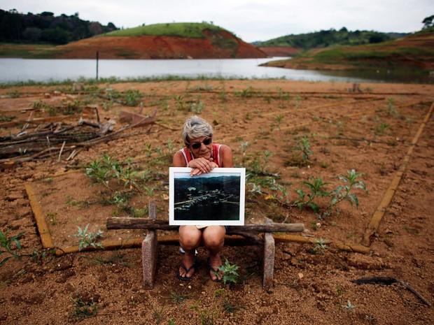 Ex-moradora volta a local submerso desde 1969 em Igaratá, SP.  (Foto: Nacho Doce/Reuters)