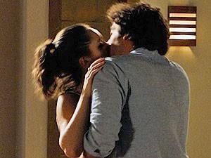 O casal comemora com um beijo (Foto: Cheias de Charme / TV Globo)