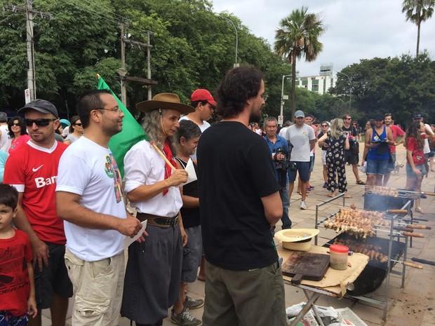 Grupo vende coxinhas de galinha (Foto: Felipe Truda/G1)