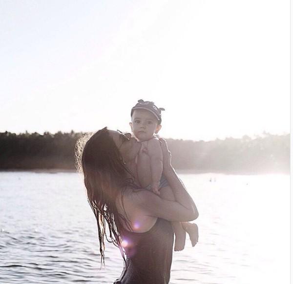Alinne Moraes e filho (Foto: Reprodução / Instagram)