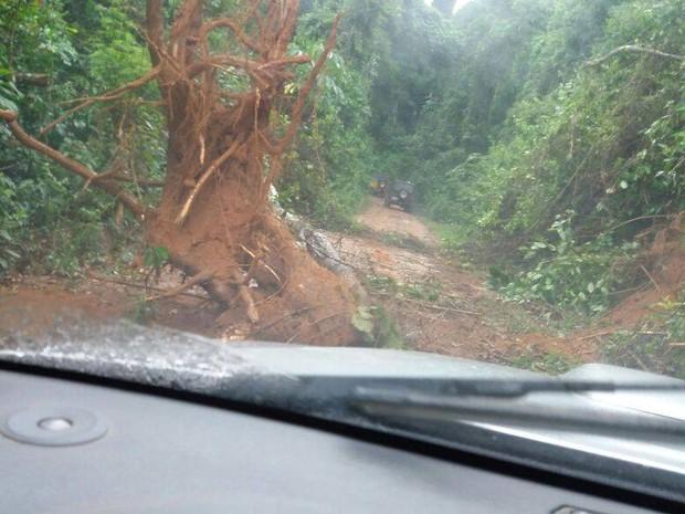 Enxurrada atingiu o carro em que a família estava em Sossego do Imbé (Foto: Divulgação | Jeep Clube de Campos)