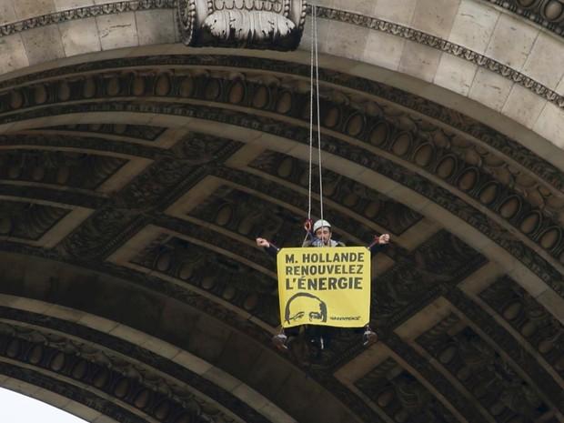 Ativista do Greenpeace pendurado no Arco do Triunfo, em Paris, exibe cartaz  de protesto por energia renovável (Foto: REUTERS/Charles Platiau)