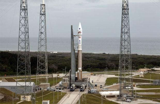 O foguete Atlas V com a sonda Maven já posicionados na base de lançamento em Cabo Canaveral, em imagem deste sábado (Foto: Kim Shiflett/Nasa)