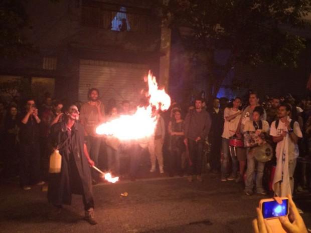 Artista cospe fogo em frente ao prédio da Funarte em São Paulo (Foto: Paulo Toledo Piza/G1)