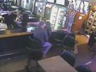 Casal se beija em bar e nem percebe que local era assaltado nos EUA
