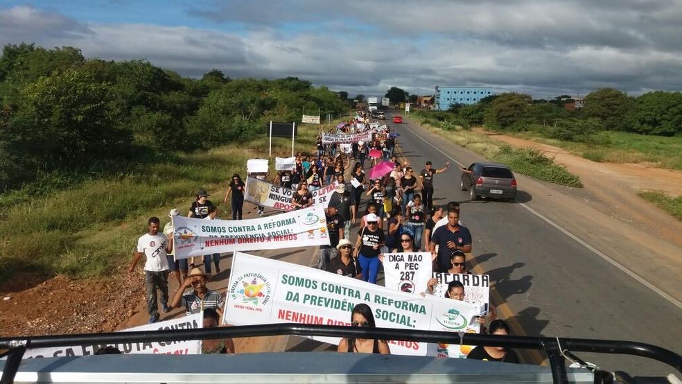 Professores protestam na BR-251, em Francisco de Sá (MG) (Foto: Denilson Rodrigues/ Arquivo Pessoal)