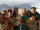 Camila Queiroz e colegas de 'Êta mundo bom' se reúnem com mães