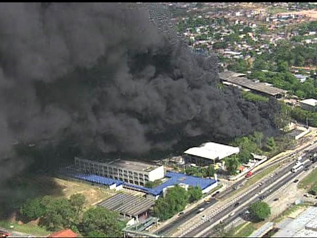 Incêndio destrói fábrica em Santa Cruz da Serra, RJ (Foto: Reprodução/TV Globo)