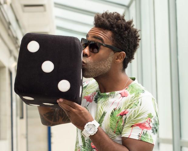 Apelidado de Dadinho, Douglas se diverte com almofada do objeto (Foto: Camila Serejo / Gshow)