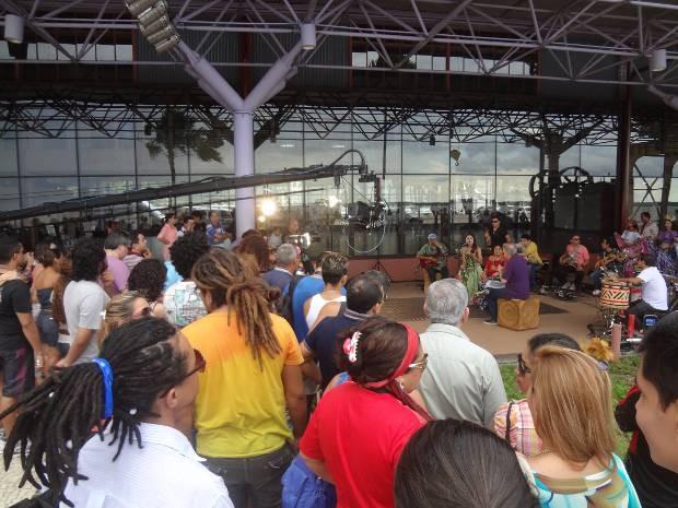 Público parou para conferir a gravação do programa Sarau, na Estação das Docas, em Belém (Foto: Natália Mello/G1)
