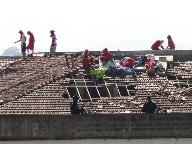 Alguns presos rebelados dormiram no telhado da Penitenciária Nelson Hungria.  (Foto: Pedro Triginelli/G1)